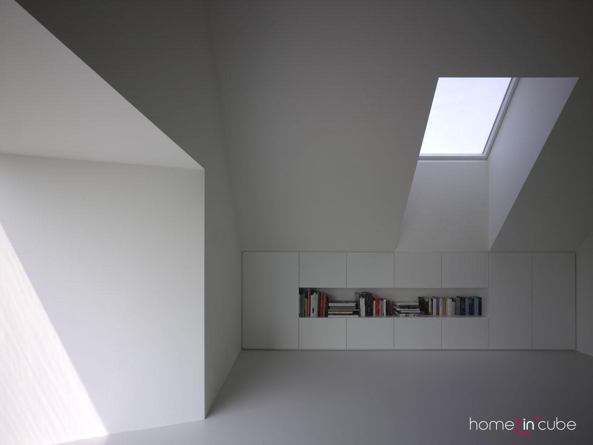 Všude v interiéru je zřejmá jednoduchost řešení mobiliáře, která dokonale harmonizuje s tvarovým řešením stěn, stropů i střešních oken v podkroví.
