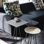 Grafické vzory, přírodní motivy a kónické nožky jsou shrnutím toho nejlepšího z let minulých Stolky Kaos, vyrábí Cattelan Italia.