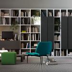 Otevřené knihovny jsou možná nepraktické z hlediska úklidu, ale vzhledem k tomu, že hřbety knih jsou v posledních letech společně s vinyly těmi nejoceňovanějšími interiérovými doplňky, nabízejí otevřené systémy pokrývající celé stěny. Selecta, vyrábí Lema.