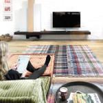 Uvolněnost v hippie stylu to jsou nízké matrace, výrazné odstíny a materiál evokující manšestr. Mah Jong, vyrábí Roche Bobois.