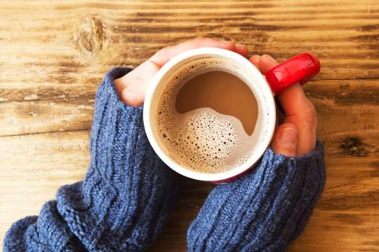 Hrnek s teplým nápojem se hodí každou zimu