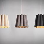 Důkazem stále vzrůstající obliby dřeva v interiéru je možnost dopřát si už všechny typy svítidel se stínidlem z dřevěné dýhy. Svítidlo Renata, vyrábí Weplight.