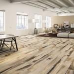 Dlažba s dokonalou kresbou dřeva je v interiéru velice působivá a zároveň praktická na údržbu. Slinutá dlažba Linfa (Armonie Arte Casa), formát prken 20 × 180 cm, M. B. KERAMIKA