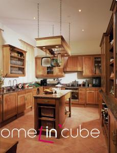 Efektivní je rám zavěšený ze stropu. Zavěšené a postavené nádobí tvoří i dekorativní prvek. Sestava Colonial, HS rustikal.
