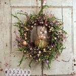 Velikonoční věnec s květinami a zajíčkem uprostřed. Průměr 50 cm, cena 1 670 Kč, Amazon.