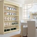 Velký otevřený regál je spíše dekorativní. Patří do něj zdobené nádobí. Sestava English Mood (Minacciollo), prodává Colosseum.