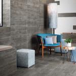 Použití dlažby v chladném odstínu na podlahu i stěny činí interiér výjimečným.