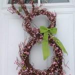 Zajíček z větviček dozdobený jarním kvítím a zelenou mašlí. Výška 71 cm, cena 1 140 Kč, Amazon.
