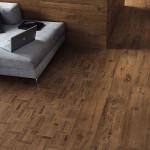 Ozvláštnit podlahu lze v interiéru užitím a skladbou formátů různých velikostí. Slinutá dlažba, kolekce Axi kombinace odstínů Dark Oak a Oak Treccia (Atlas Concorde), Kozak Bath & Interior.