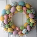 Velikonoční věnec z barevných vajíček protkaný slámou, průměr 50 cm, cena 1 650 Kč, Amazon.