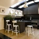 Černá barva na kuchyňské lince je vhodná zejména do velkých prostor, anebo tam, kde vchází denní světlo stropem, přímo do místnosti. Nicolle Lepert