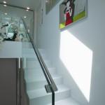 Schodiště je elegantním prostorem díky kvalitním povrchům a užitým materiálům.