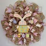 Velikonoční věnec z textilních mašlí dozdoben dřevěným zajíčkem a vajíčky. Průměr 50 cm, cena 2 250 Kč, Amazon.