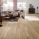 Podlaha v dezénu surového dřeva vnáší do velkého interiéru stopy nostalgie. Laminátová podlaha Egger.