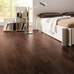 Hnědý odstín a výrazná kresba dřeva je interiéru velice působivá. Laminátová podlaha, odstín Eben, Parador.