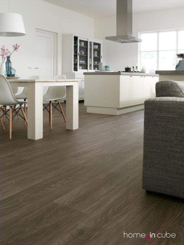 Praktická podlaha s dezénem dřeva dokonale propojuje v interiéru různé užitné zóny a působí zároveň teple. Vinylové dílce Allura, Forbo.