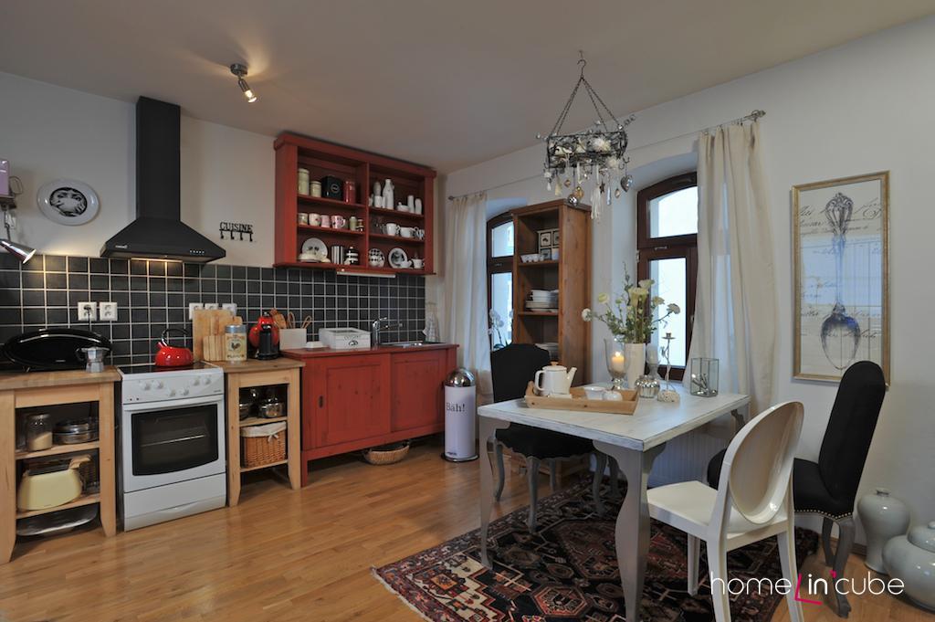 I přesto, že je kuchyň uspořádaná z prvků různého vzhledu a barev, výsledkem je útulný interiér.
