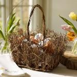 Zajímavá úprava košíčku z větviček pro barvená vajíčka.