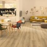 Podlaha z laminátových panelů ve světlých odstínech umožňuje v interiéru zaměřit pozornost na výrazně barevný mobiliář. Laminátová podlaha, odstín dub, vzor classic, Egger.