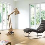 K světlejšímu odstínu podlahy můžeme zvolit nábytek nejrůznějšího výrazu a tvarů. Laminátová podlaha kolekce Javor selský, vzor classic, Parador.