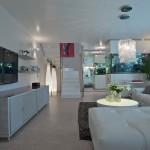 I přes střídmou barevnost celkového řešení interieru a jednoduchými tvary nábytku, doplněnými strukturálními prvky, vznikl útulný živý interiér.