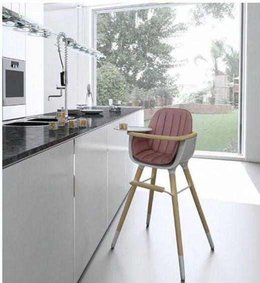 Konstrukce dětské židle Ovo (Micuna) na vysokých soustruhovaných nohách s plastovým sedákem a polstrováním zajišťuje bezpečné sezení dítěte u jídelního stolu, či pracovní desky.