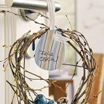Jednoduchá a přesto efektní jarní velikonoční ozdoba z větviček, zatočených do věnečku a ozdobená kraslicemi.