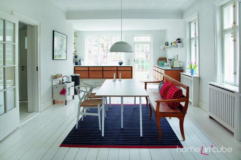 Bílá barva v prostoru může převažovat, ale pro oživení je třeba ji doplnit kontrastními barvami textilií a ostatních doplňků.