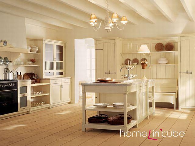Všimněte si linie na podlaze, stropě a k nim polic. Právě tento detail vytváří z místnosti sladěný celek. Sestava English mood (Minacciollo), Italský nábytek.