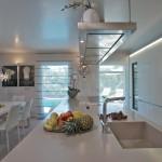 Bílá barva je uplatněna i na kuchyňském nábytku, díky celkové harmonii řešení působí útulně.