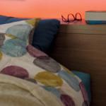 Jednou z možností, jak získat v ložnici nepřímé světlo je instalace LED pásků. Mohou být i v záhlaví postele.