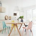 Neutrální barevné ladění interiéru může rozjasnit užití barevného mobiliáře.
