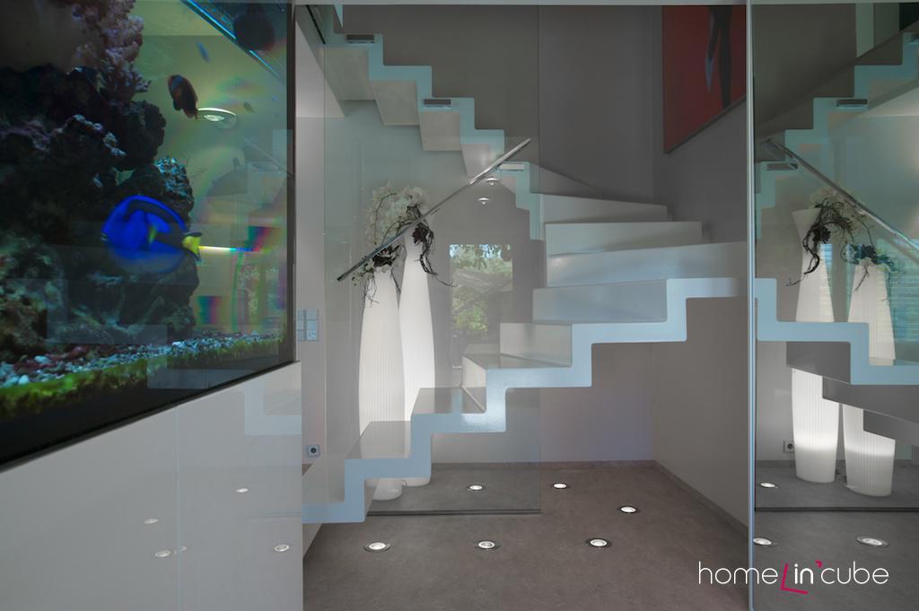 Tvarované vzdušné schodiště s efektním nasvícením, vévodí svébytnému prostoru.
