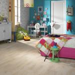 U světlého tónu dílců podlahy si můžeme dovolit použít v interiéru výrazné barevné tóny na stěnách i doplňcích. Flotex Vision řada Natural, Forbo.