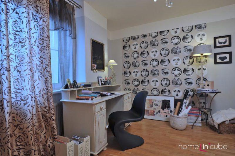 V interiéru s nábytkem v kombinaci bílá a černá jsou použity dekorace stejného ladění a přesto interiér oživují.