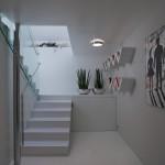 Stěny v chodbách jsou zvýrazněny obrazy a nevšedními policemi.