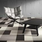 Kostkovaná podlaha je pro interiér koncepčně určující, je vhodné ji doplnit jednoduchým mobiliářem.