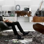 V interiéru působí harmonicky užití stejného povrchového materiálu nejen na sedacím nábytku, ale i na plochách skříněk.
