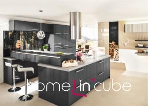 Velké množství černé barvy vyžaduje, aby byla kuchyň více osvětlená než třeba jiné světlé či dřevěné odstíny. Působí také chladněji. Sporák umístěný do prostoru je velmi dobrým řešením, aby kuchařka nebyla odkázána na pohled do zdi. Opětovné použití přírodní tapety na zdi v kombinaci s vyskládanými špalky vytváří v kuchyni větší pocit tepla. Kuchyně Ballerina.