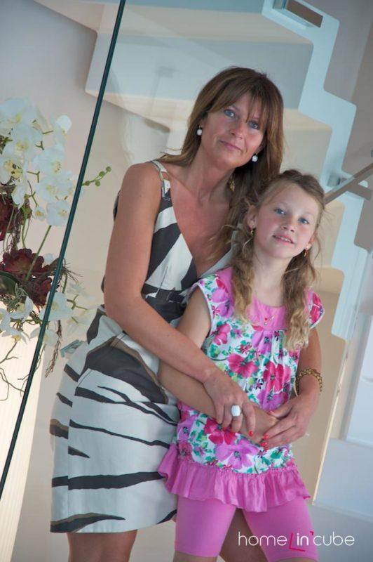 Efektní schodiště s majitelkou a její dcerou a s prvky přírody.