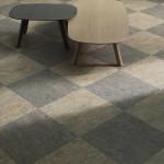 Z modulů 50 x 50 cm vyskládaný šachovnicový dezén nekontrastních odstínů.