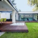 Hydromasážní vana je součástí terasy rodinného domu.