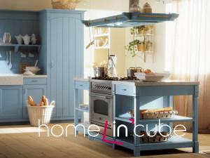Kuchyně s otevřenými policemi vyžaduje větší nároky na pořádek a uspořádání. Venkovský styl vytváří útulnější atmosféru kuchyně. Kuchyně Minacciolo.