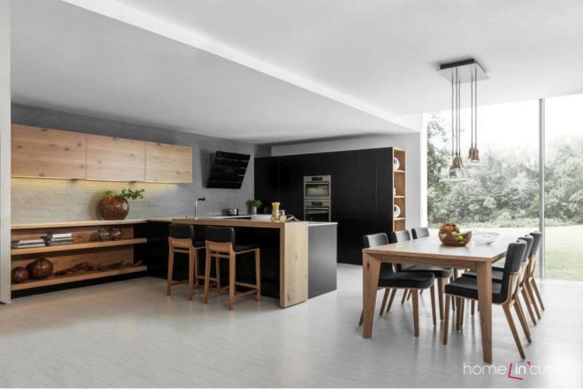 Kuchyň do tvaru U s pokracovanim do obýváku