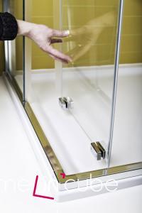 Sprchové dveře u koutu Kolo Ultra jsou ve spodní části uchyceny magneticky. Technologie dostala název Push2clean.