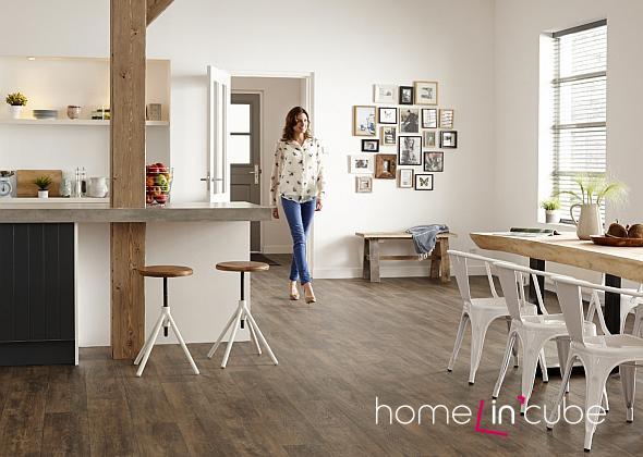Klasická barva patinovaného dřeva na podlaze se dobře kombinuje s jiným dřevěným nábytkem.