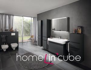 Keramag nabízí luxusní koupelnový nábytek v trendovém matně šedém odstínu. Nechybí závěsy a koberec zútulňující celou místnost. Koncept R1 Plan.