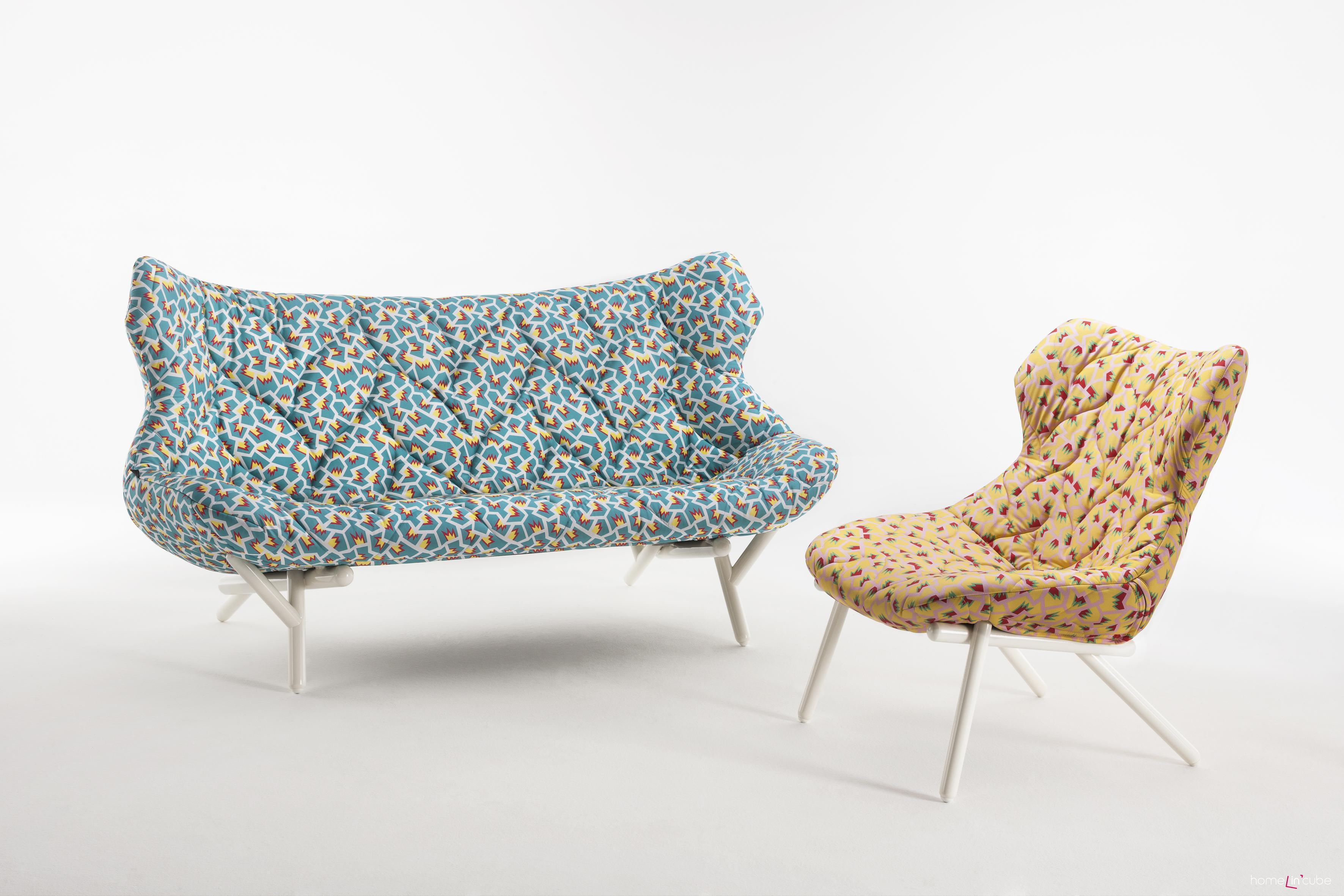 Sofa a křeslo Foliage (design Nathalie du Pasquier), Kartell. Na lehkém podstavci z šikmých tyčových prvků jsou uloženy vytvarované čalouněné díly.
