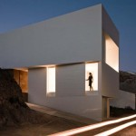 Na fasádách je působivá světelná hra střídání kolmých a šikmých stěn, a prolamovaných otvorů oken.