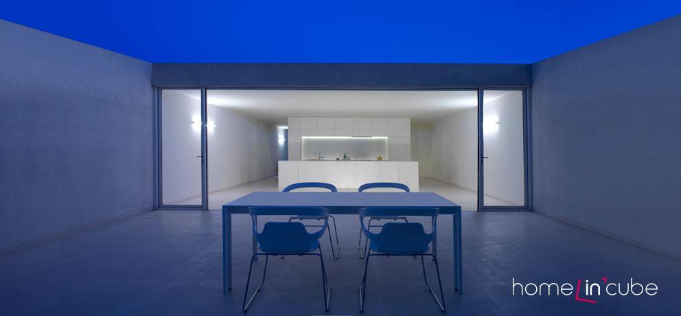 Na polyfunkční prostor navazuje otevřená terasa. Noční pohled.